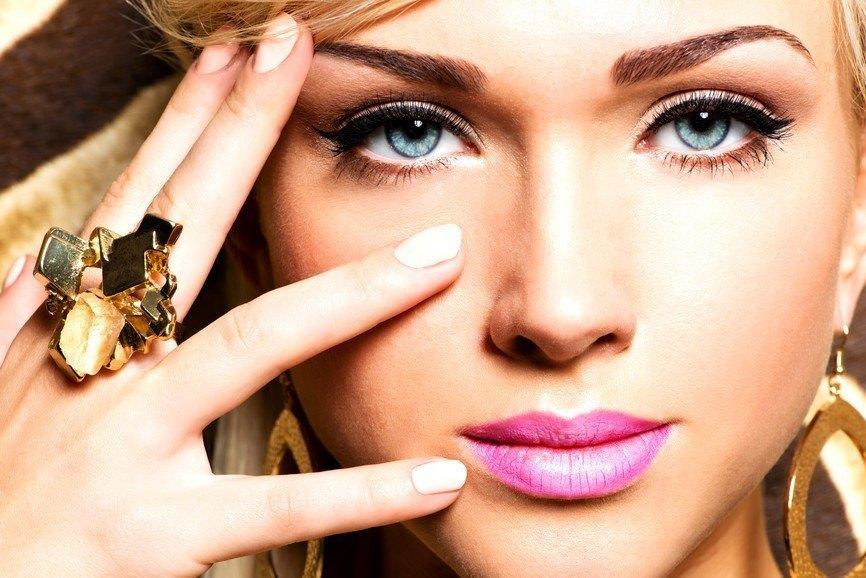 Cum să-ţi tratezi pungile de sub ochi în doar câteva minute