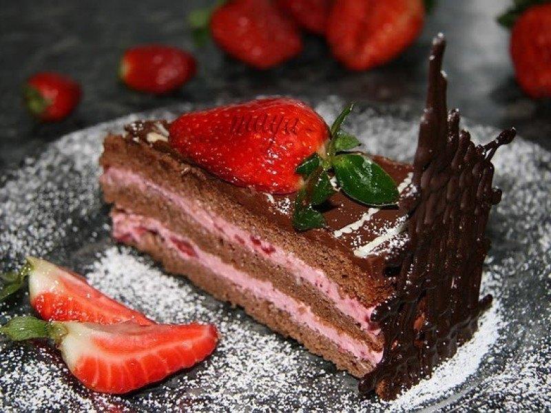 Prepară un delicios tort de căpșuni
