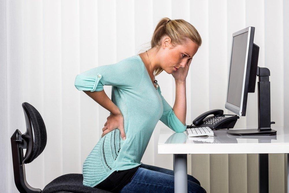 Poziția în care mergi sau modul în care stai la calculator s-ar putea să-ți formeze cocoașă. Iată cele mai bune poziții pentru spate
