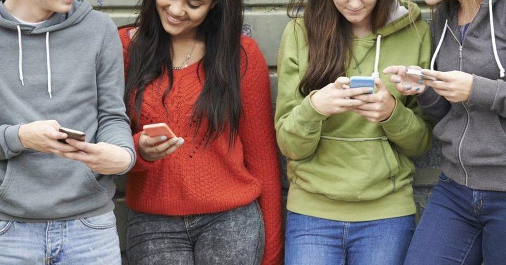 Mare atenție la telefoanele mobile! Iată cum te pot orbi și îmbolnăvi de hipertensiune