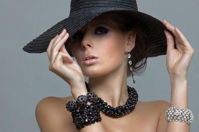 tablou-femeie-cu-bijuterii