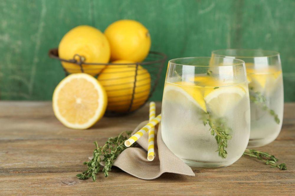 Renunță la pastile și bea apă cu lămâie dacă vrei să te tratezi natural de 12 probleme de sănătate