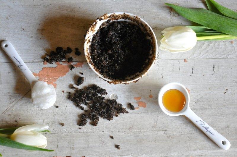 Gomaj din cafea, ulei de cocos și miere pentru o piele catifelată și fără celulită