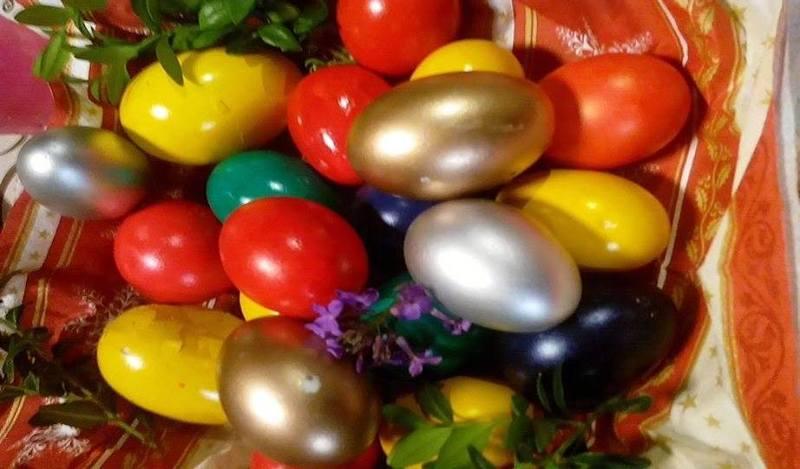 Deși arată foarte bine când sunt puse pe masă, ouăle colorate cu vopsea din comerț nu sunt sănătoase pentru organism din cauza substanțelor chimice din vopsea. FOTO: ARHIVĂ