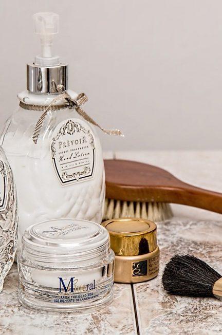 Chiar dacă folosești produse de calitate, pielea ta poate avea de suferit. Foto: Pixabay